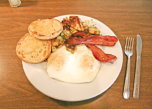 Breakfast at the Woodrose Café in Garberville: Eggs over easy, Niman Ranch bacon, home fries and an English muffin. Photo by Bob Doran
