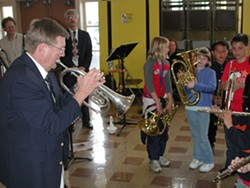 PHOTO BY BOB DORAN - Don Moehnke teaches kids at Lincoln School (2002)
