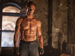 No carbs for the undead (Aaron Eckhart in I, Frankenstein)