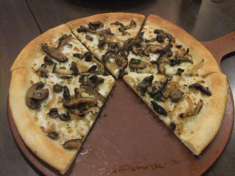 An ordinary mushroom pizza. - WIKIMEDIA