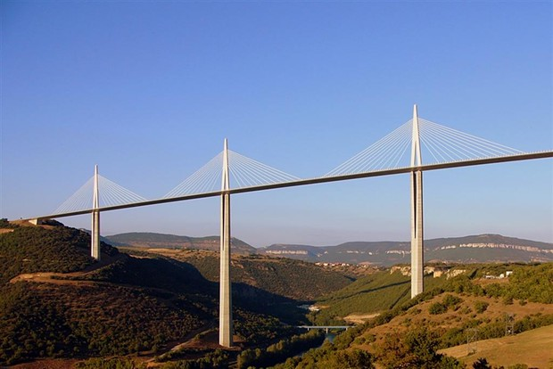 Would this manly bridge (le pont) in France look feminine (die Brücke) to a German? - MILLAU VIADUCT, SIMON COLE, GNU LICENSE