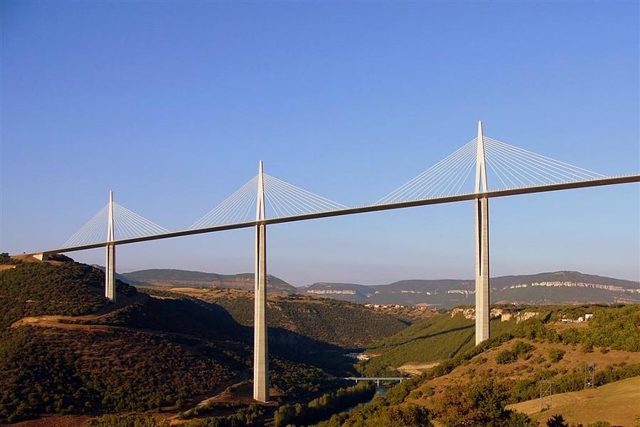 Would this manly bridge (le pont) in France look feminine (die Brücke) to a German? - MILLAU VIADUCT, SIMON COLE, GNU LICENSE