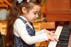 0996e988_girl-plays-piano-picture-id93390189.jpg