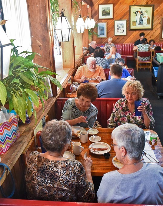 Don's Alley restaurant in Del City is popular with the retired crowd for weekday breakfasts, 9-18-15. - MARK HANCOCK
