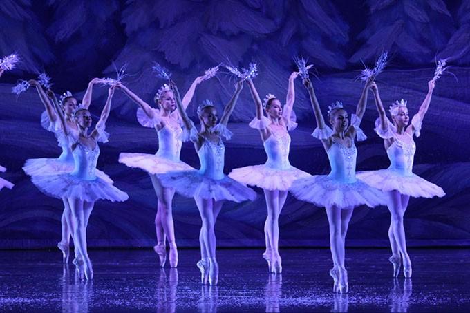 6-Moscow-Ballet-Corps-de-Ballet-Snow-Scene-1.jpg