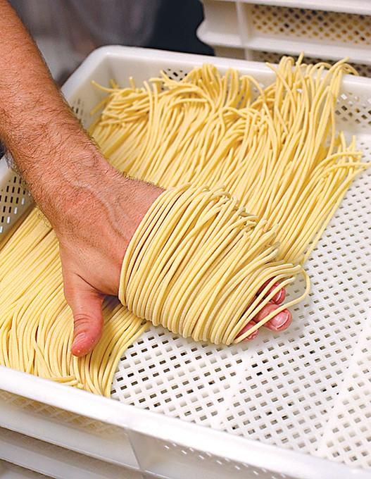 Chris Becker makes spaghetti for Della Terra Pasta at Urban Agrarian in Oklahoma City, Satuday, Aug 1, 2015.  (Garett Fisbeck) - GAZETTE / FILE