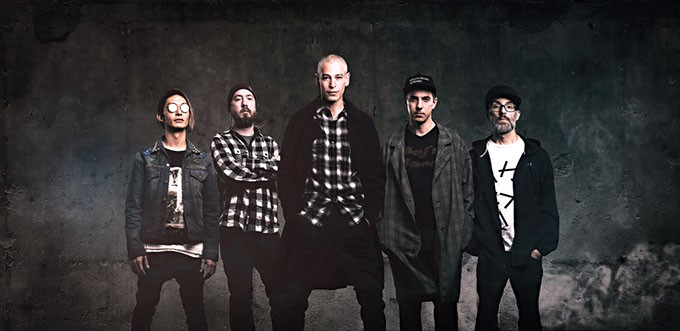 Matisyahu center with his band (Photo Nechama Leitner/Provided)