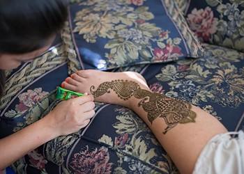 Debaroti Ghosh brings traditional <em>mehndi</em> henna art to Oklahoma
