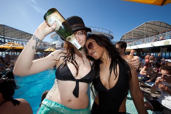 La Sera's Katy Goodman (left) and Patrice Jackson (photo by Rebecca Smeyne)