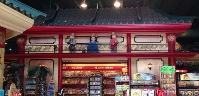 One of the vignettes inside the Splendid China Winn Dixie in Kissimmee - ROADSIDEAMERICA.COM