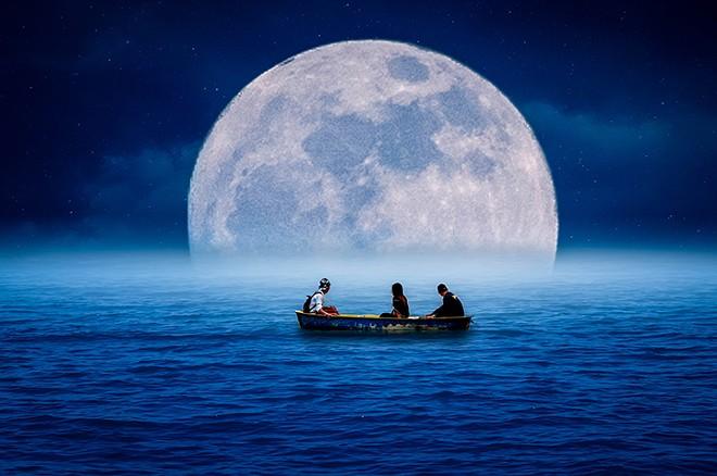 gal_full_moon_paddle_shutterstock_656716264.jpg