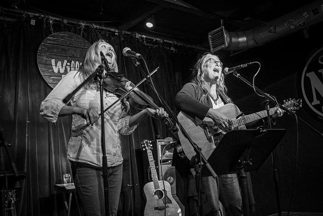Jessy Lynn Martens and Terri Binion at Will's Pub - MIKE DUNN // MIKEDUNN.CO