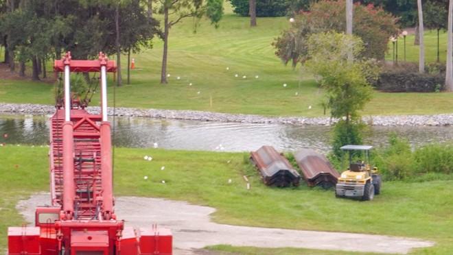 Des drapeaux blancs et des murs de soutènement en acier sont visibles sur l'emplacement de la nouvelle voie reliant Grand Floridian au royaume magique. - IMAGE VIA BIORECONSTRUCT | TWITTER