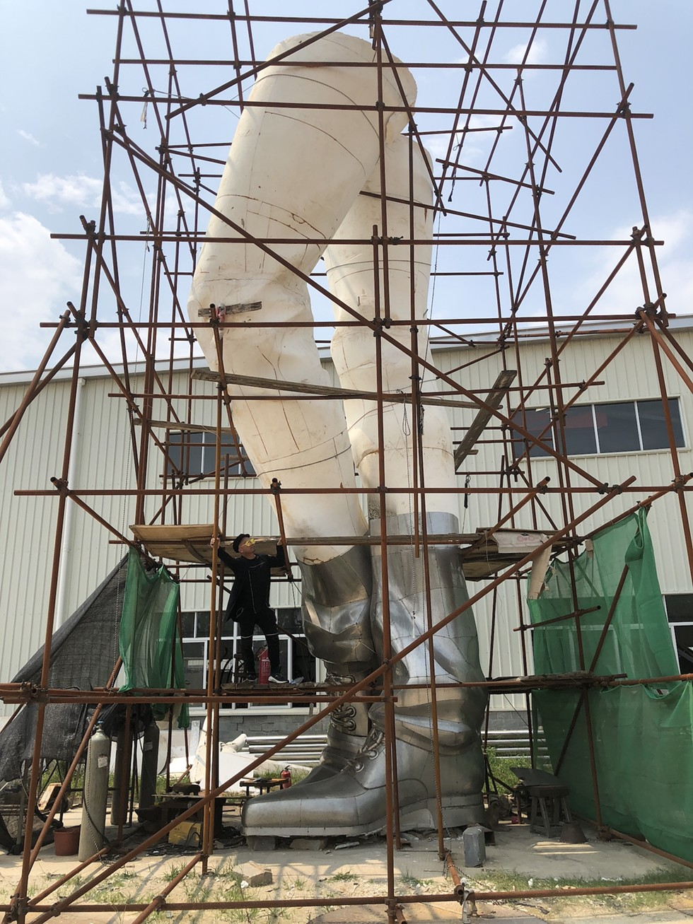 THROUGH JAN. 3, 2021: 'JEFRË: POINTS OF CONNECTION,' ORLANDO MUSEUM OF ART - FLORIDA ARTIST JEFRË WORKING ON A 24-STORY-HIGH STANDING FIGURE. WHEN COMPLETED, IT WILL BE ONE OF THE WORLD'S TALLEST ARTWORKS. [PHOTO COURTESY ORLANDO MUSEUM OF ART]