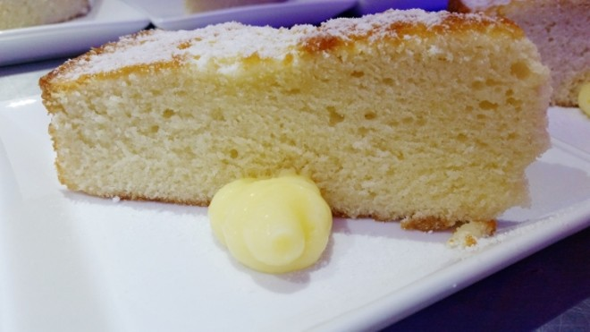 Sweet olive oil cake with powdered sugar and lemon curd (Spain)
