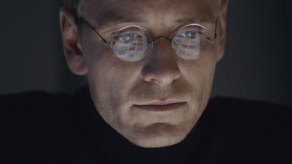 1000w_steve-jobs-movie-2015-holding.jpg