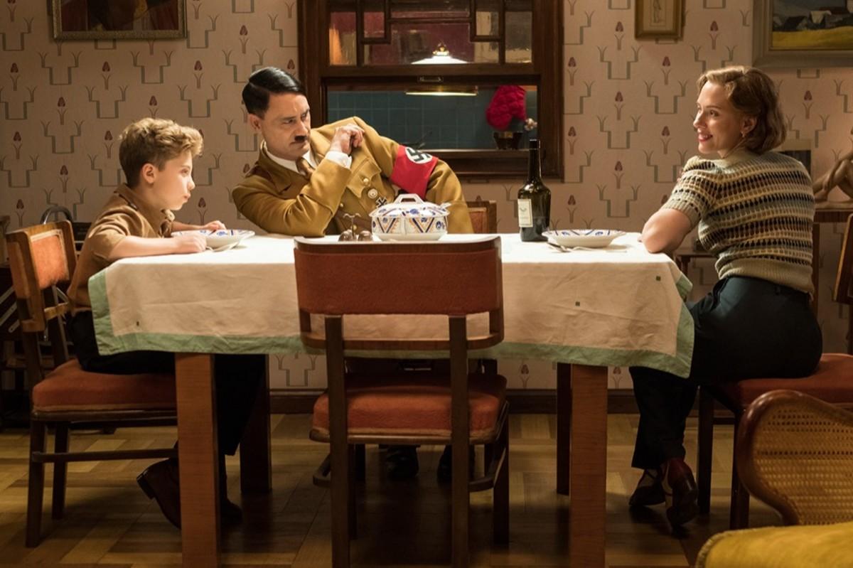 Roman Griffin Davis, Taika Waititi and Scarlett Johansson in Jojo Rabbit