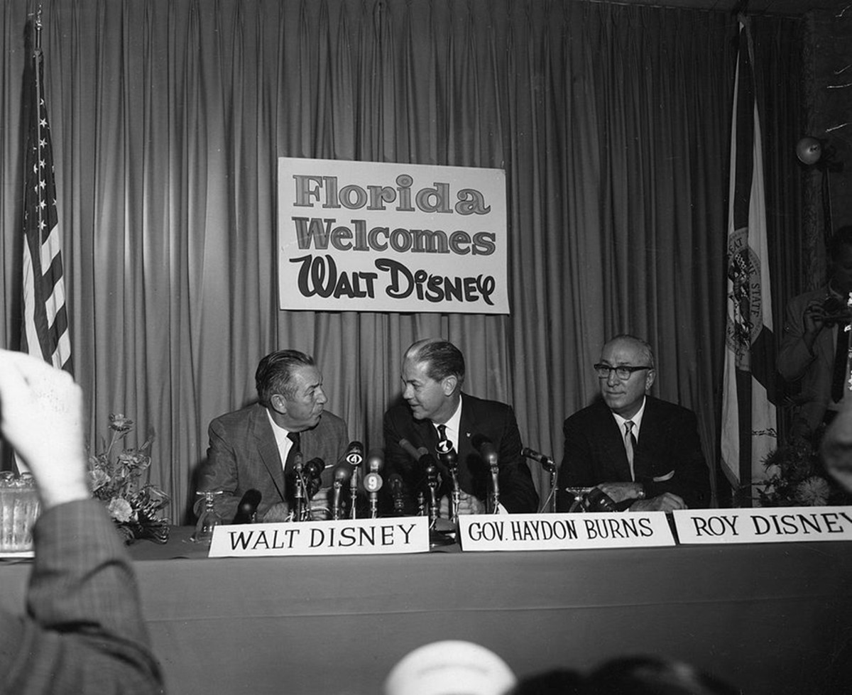 941px-walt_disney_with_company_at_press_conference.jpg