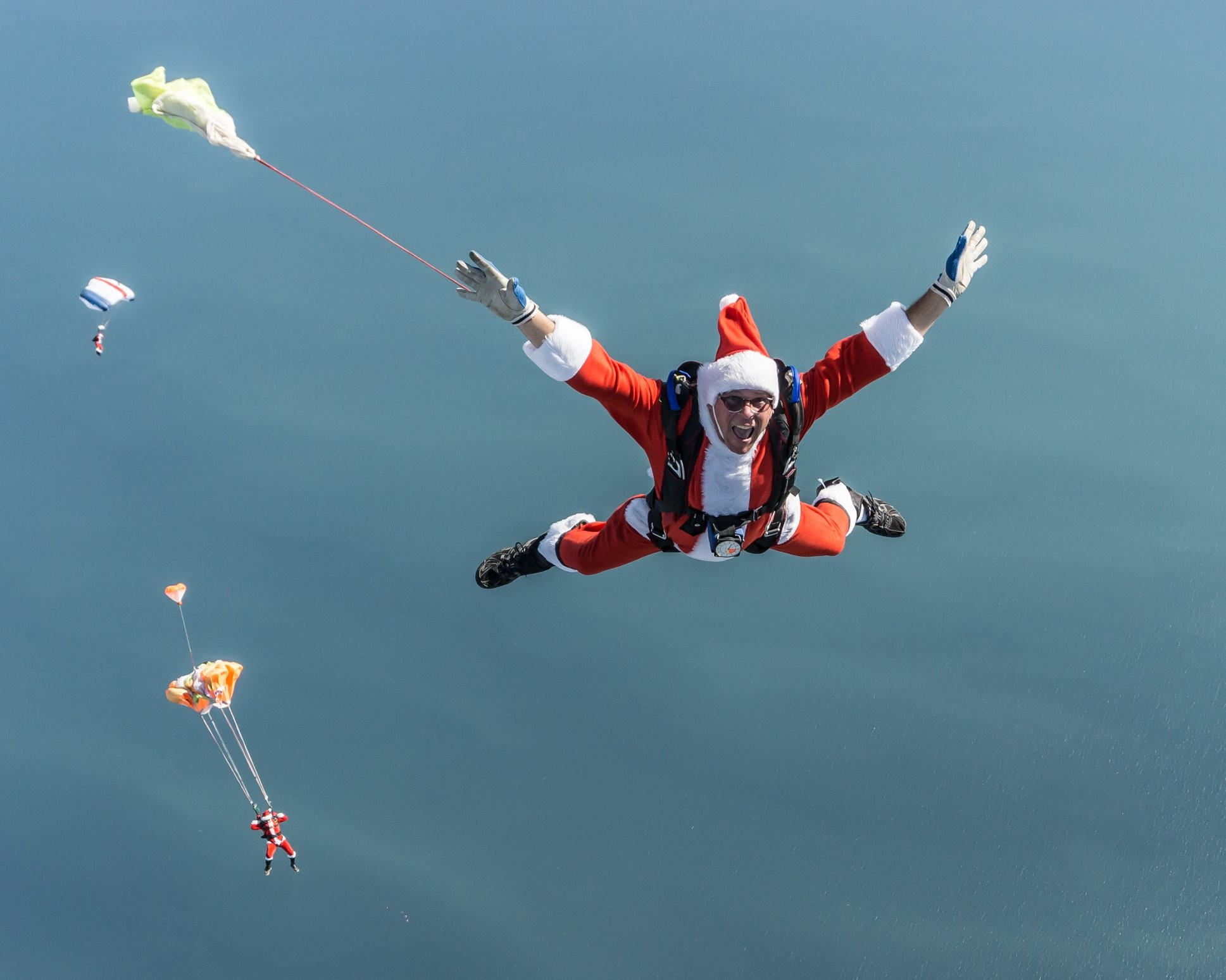 Watch A M Of Skydiving Santas Jump From Planes Onto Cocoa Beach This Weekend Blogs