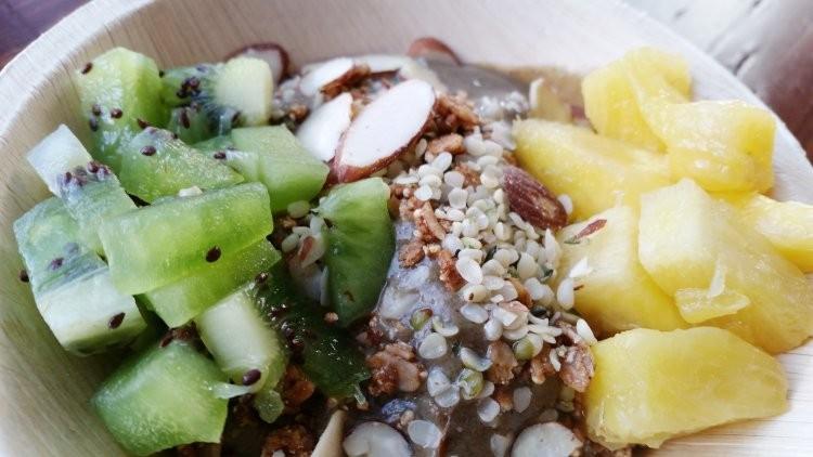 Pineapple/banana/avocado/spinach acai with granola, almonds, hemp seeds, pineapple, kiwi