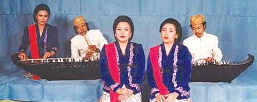 Euis Komariah (front left), accompanied by zither and flute