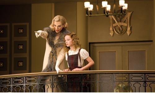 Show and tell: Nicole Kidman (left) and Dakota Blue Richards