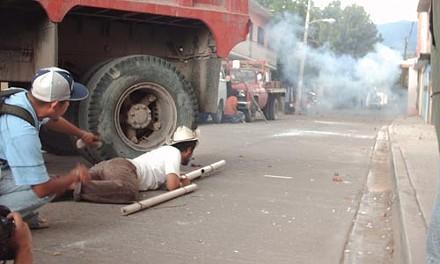 The defense of barricade 3 in Oaxaca, Mexico on Oct. 27 - PHOTO BY DE'ANNA CALIGIURI