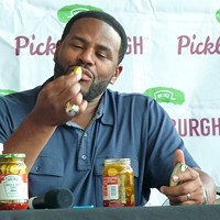 Pittsburgh Steelers greats Bettis and Ward in town to promote Picklesburgh