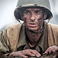 Desmond Dos (Andrew Garfield) fights war.