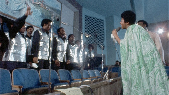 Aretha Franklin singing with the Southern California Community Choir. - NEON