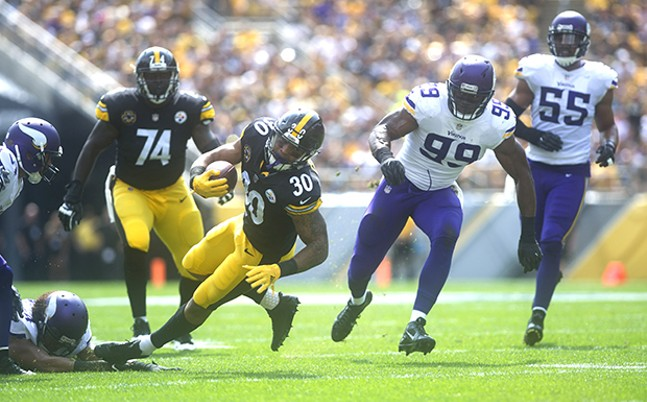 Steelers running back James Conner breaks a tackle against the Vikings during the first quarter.