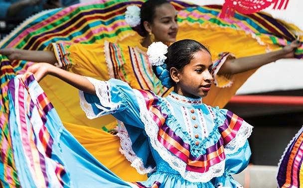 Un grupo de bailarines Populares Latinos durante la celebración de Cinco de Mayo.