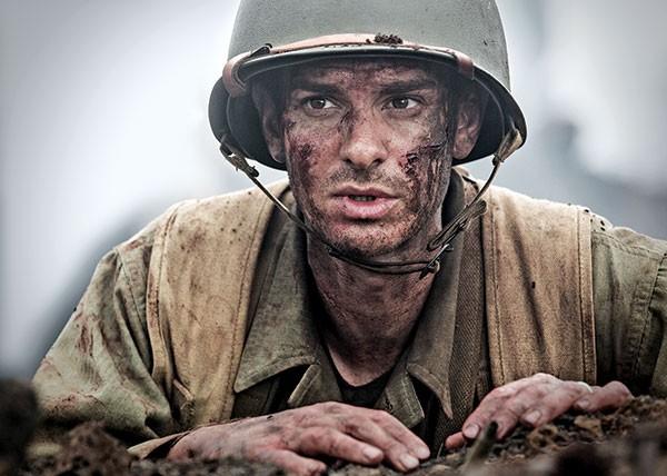 Desmond Dos (Andrew Garfield) fights war.