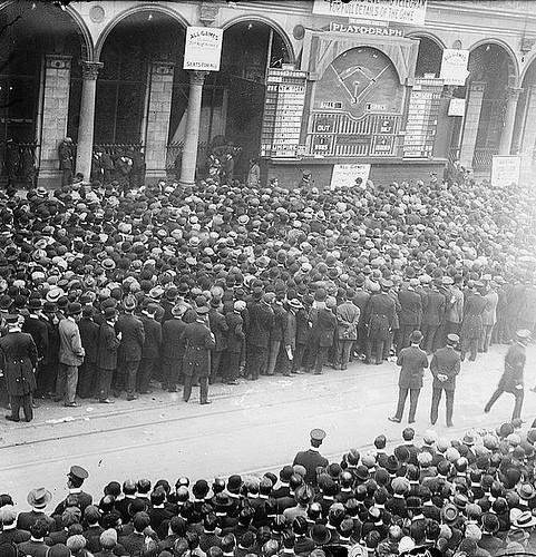 A New York City crowd gathers around a Playograph in 1911. - WWW.UNIWATCHBLOG.COM