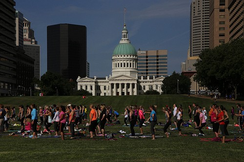 Yoga under the Arch - PAUL SABLEMAN, FLICKR