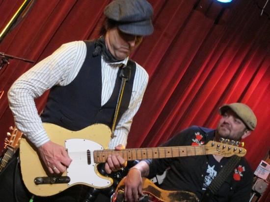 Chuck Prophet and the Mission Express af Off Broadway - ROY KASTEN