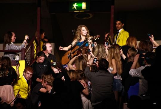 Communing with fans: One of many ways Taylor Swift is a superior pop star.