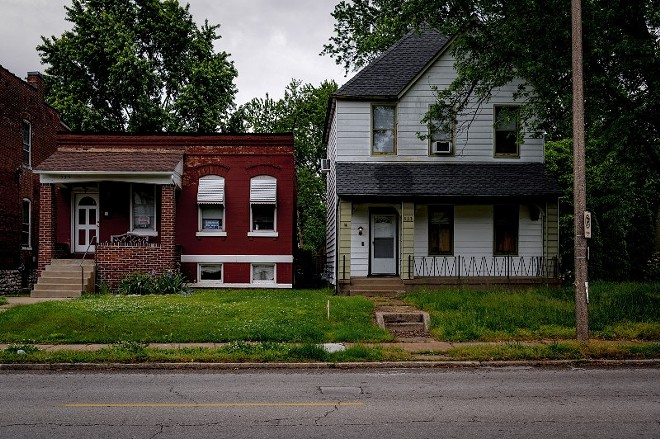 The gangway between 533 and 535 Bates Avenue is seen during the day on May 17, 2021, in St. Louis. - MICHAEL B. THOMAS FOR THE INTERCEPT