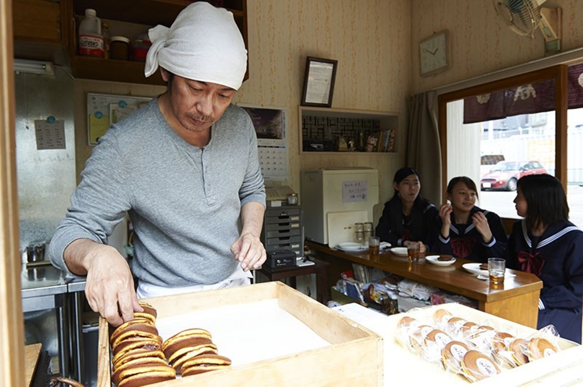 Sentarô (Masatoshi Nagase) makes dorayaki pancakes in solitude.