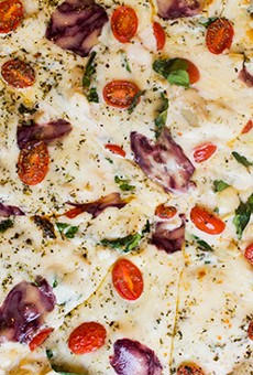 """Al Forno É's """"Pizza Alfredo"""" with herbs, artichokes, spinach and cherry tomatoes.   Photos by Mabel Suen"""