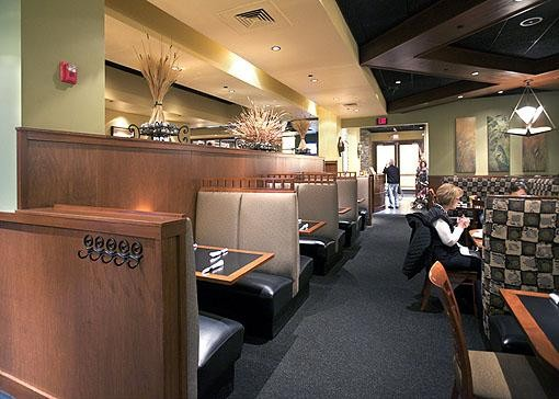 Inside Hanley's Grille & Tap in Des Peres' West County Center - JENNIFER SILVERBERG