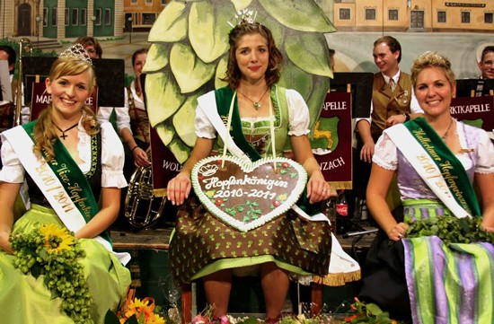 Can you spot the reigning Hopfenkönigin? That's her in the middle, Christina Thalmaier! - IMAGE VIA