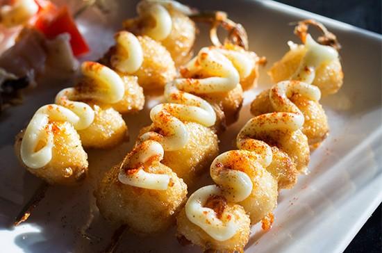 Pincho de ajo, fried garlic with aioli.