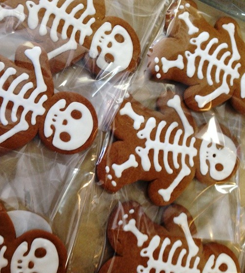GINGERBREAD SKELETONS AT PINT SIZE BAKERY | CHRISTY AUGUSTIN
