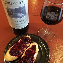 74a80279_baked_brie_on_crostini_with_blackberry_compote_hermannhof_winery_2.jpg