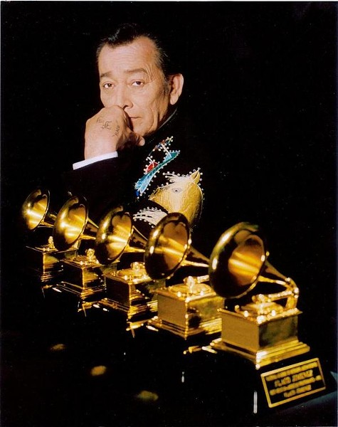 Jiménez showing off Grammys 1-5 - VIA SUPERTEJANO1021.COM