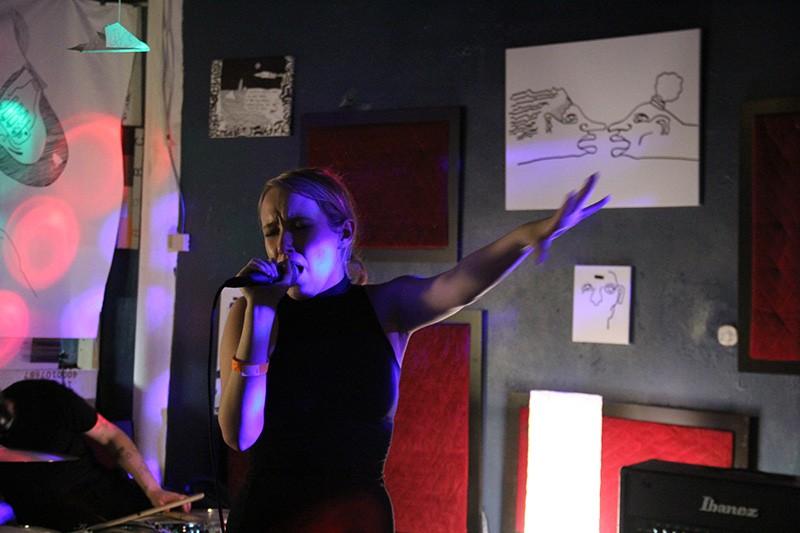 Singer Delenda in full form performing this month at Nite Lite in San Antonio. - COURTESYSANTIAGO ORTEGA / URNR.TU