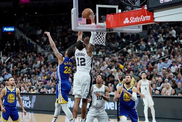 LaMarcus Aldridge dunks past Golden State's Alfonzo McKinnie. - TWITTER / SPURS