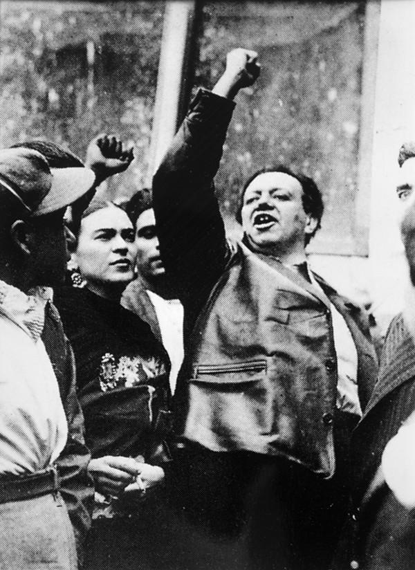 AUTOR DESCONOCIDO, DIEGO RIVERA CON FRIDA KAHLO ENUNA MANIFESTACIÓN DEL SOCORRO ROJO, CIUDAD DE MÉXICO,NOVIEMBRE 20 DE 1931