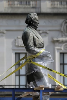 A Jefferson Davis statue being removed from UT Austin campus in 2015.